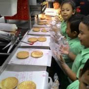 1. Kami menyiapkan langsung rotinya